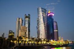 La ciudad de Doha, Qatar en la hora azul Imágenes de archivo libres de regalías