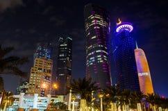 La ciudad de Doha, Qatar en la noche Fotografía de archivo libre de regalías