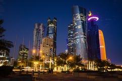 La ciudad de Doha, Qatar en la noche Imágenes de archivo libres de regalías