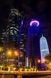 La ciudad de Doha, Qatar en la noche Foto de archivo