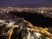 La ciudad de la noche enciende la colina oscura Foto de archivo