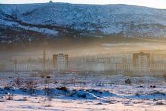 La ciudad de Magadan cubrió en niebla con humo Imágenes de archivo libres de regalías