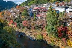 La ciudad de Mitake y el río de Tama en otoño sazonan Imagen de archivo