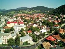 La ciudad de la montaña en un día de verano fotos de archivo