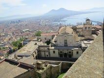La ciudad de Nápoles desde arriba Napoli Italia Volcán de Vesuvio detrás Cruz de la iglesia ortodoxa y la luna Foto de archivo
