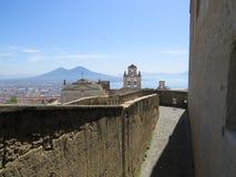 La ciudad de Nápoles desde arriba Napoli Italia Volcán de Vesuvio detrás Cruz de la iglesia ortodoxa y la luna imagenes de archivo