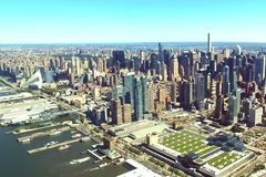 La ciudad de Nueva York es una opinión del s-ojo del ` del pájaro Rascacielos del ci foto de archivo libre de regalías