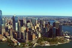 La ciudad de Nueva York es una opinión del s-ojo del ` del pájaro Rascacielos del ci imagenes de archivo