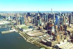 La ciudad de Nueva York es una opinión del s-ojo del ` del pájaro Rascacielos de la ciudad de Nueva York Encuesta aérea imagen de archivo