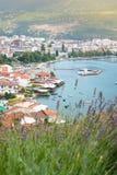 La ciudad de Ohrid en el paisaje urbano de Macedonia con lavanda florece Foto de archivo