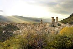 La ciudad de Pacentro y de sus torres medievales Imagenes de archivo
