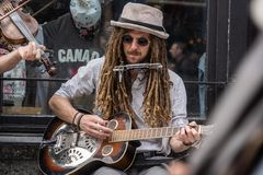 LA CIUDAD DE QUEBEC, CANADÁ - 19 DE MAYO DE 2018: músicos de la calle en la ciudad de Quebec fotos de archivo libres de regalías