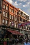 La ciudad de Quebec Canadá 13 09 2017 personas que viven y que comen en calle vieja de la ciudad con puesta del sol colorida Fotografía de archivo libre de regalías
