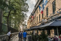 La ciudad de Quebec Canadá 13 09 2017 personas que viven y que comen en calle vieja de la ciudad con puesta del sol colorida Imagenes de archivo