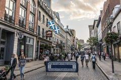 La ciudad de Quebec Canadá 13 09 2017 personas que viven y que comen en calle vieja de la ciudad con puesta del sol colorida Imágenes de archivo libres de regalías