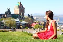 La ciudad de Quebec con el castillo francés Frontenac y la mujer Imagen de archivo