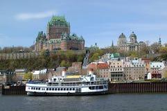 La ciudad de Quebec y St Lawrence River, con el castillo francés Frontenac adentro imagen de archivo libre de regalías
