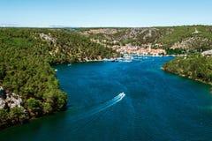 La ciudad de Skradin en el río de Krka en Dalmacia, Croacia vio de distancia imagen de archivo libre de regalías