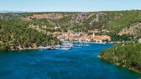 La ciudad de Skradin en el río de Krka en Dalmacia, Croacia vio de distancia imágenes de archivo libres de regalías