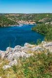 La ciudad de Skradin en el río de Krka en Dalmacia, Croacia vio de distancia imagenes de archivo