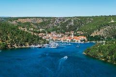 La ciudad de Skradin en el río de Krka en Dalmacia, Croacia vio de distancia fotografía de archivo