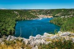 La ciudad de Skradin en el río de Krka en Dalmacia, Croacia vio de distancia foto de archivo libre de regalías
