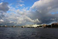 La ciudad de St Petersburg, puente del palacio Foto de archivo libre de regalías