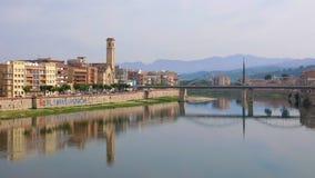 La ciudad de Tortosa, Cataluña, España reflejó en el río Ebro Imagenes de archivo