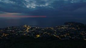 La ciudad de vacaciones cerca del mar, ciudad de la noche enciende el timelapse, visión desde el pico de montaña metrajes