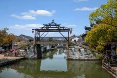 La ciudad de Wujiang en la ciudad con los pequeños puentes riega a gente imágenes de archivo libres de regalías