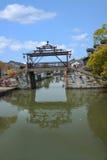 La ciudad de Wujiang en la ciudad con los pequeños puentes riega a gente fotos de archivo libres de regalías