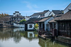 La ciudad de Wujiang en la ciudad con los pequeños puentes riega a gente foto de archivo