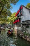 La ciudad de Wujiang en la ciudad con los pequeños puentes riega a gente imagen de archivo libre de regalías