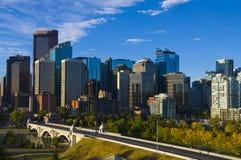 La ciudad del horizonte de Calgary en la salida del sol Imágenes de archivo libres de regalías