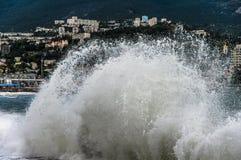 La ciudad del mar en la alta marea fotos de archivo
