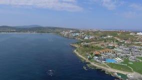 La ciudad del Mar Negro de Sozopol cerca de Burgas shotted por el abejón en verano con las playas arenosas almacen de metraje de vídeo