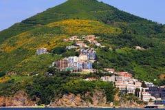 La ciudad en las cuestas de las montañas florecientes Imagen de archivo