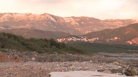 La ciudad en la roca en rojo de la puesta del sol del mar de Montenegro se nubla el cielo hermoso almacen de video