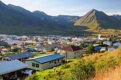 La ciudad en Siglufjorour Islandia foto de archivo libre de regalías