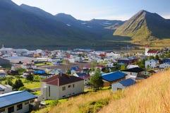 La ciudad en Siglufjorour Islandia fotos de archivo