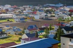 La ciudad en Siglufjorour Islandia fotografía de archivo