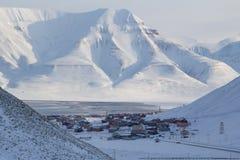 La ciudad es rodeada por las montañas Longyearbyen, Spitsbergen Imágenes de archivo libres de regalías