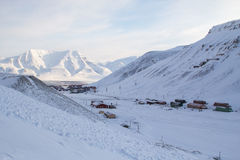 La ciudad es rodeada por las montañas Longyearbyen, Spitsbergen ( Foto de archivo libre de regalías