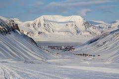 La ciudad es rodeada por las montañas Longyearbyen, Spitsbergen Fotos de archivo