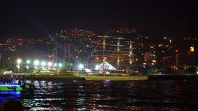 La ciudad festivamente se enciende en la noche Yalta 4k almacen de video