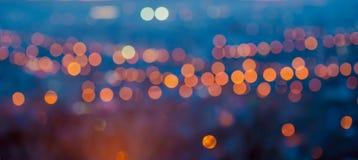 La ciudad grande del panorama se enciende por la tarde crepuscular con empañar b foto de archivo