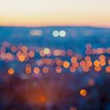 La ciudad grande se enciende por la tarde crepuscular con el fondo que empaña imágenes de archivo libres de regalías