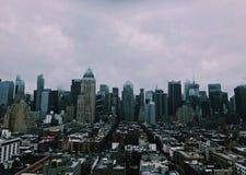 La ciudad grande un día común imagen de archivo