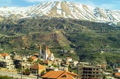 La ciudad hermosa de la montaña de Bcharre en Líbano imagenes de archivo