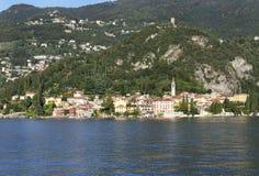 La ciudad hermosa de Varenna en la orilla del lago Como, vista del transbordador Foto de archivo libre de regalías